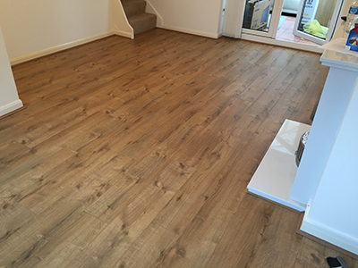 Laminate flooring with knotty wood effect